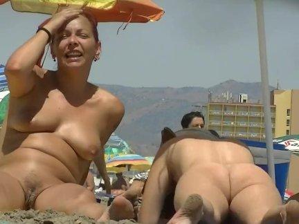 Горячая детка с большой большой жопа на в пляж