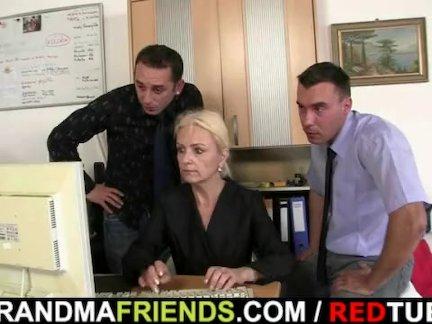 Старый блондинка входит два членов