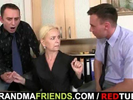 Старая блондинка занимает два члена