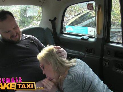женский поддельный такси Забыли грудастая таксист трахает повезло парня и глотает его нагрузки