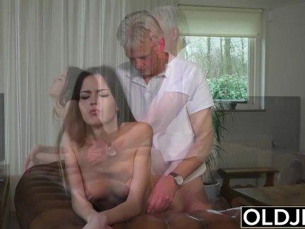 Старый и молодой порно-няня киска трах по старый мужик и глотает кончить