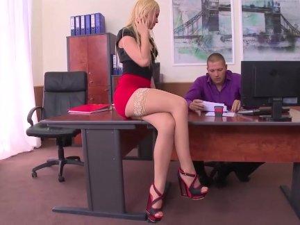 Очень возбуждённый секретарь в чулки дает идеальный футфетиш