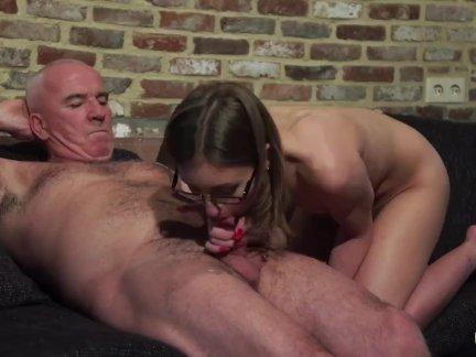 Старые и молодые порно-дедушка трахает подросток киска пальцы ее пизда и кончил