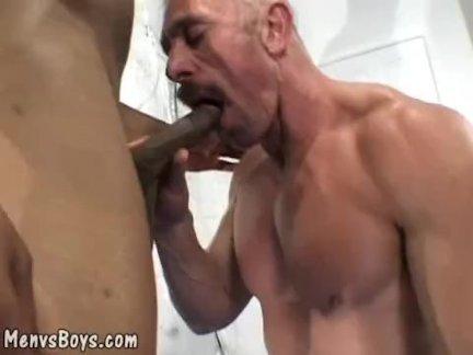 Старый мускулистый позволяет огромный черный вал