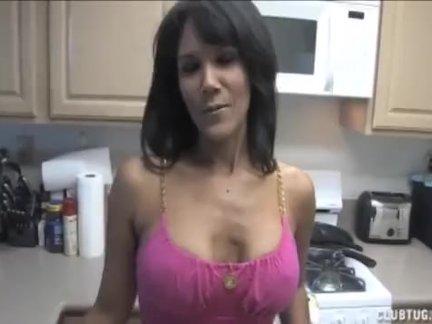Топлесс латинка мастурбирует