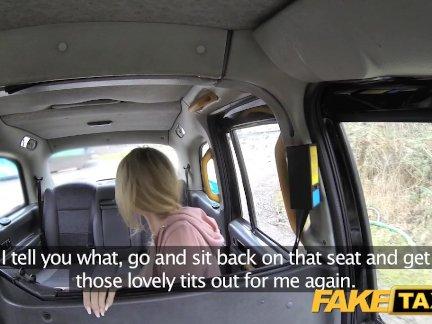 Поддельные такси сексуальная мама с большими сиськами сосет член
