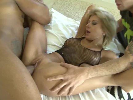 Зрелые блондинка жена обман на муж с черный мужик он часы их ебёт