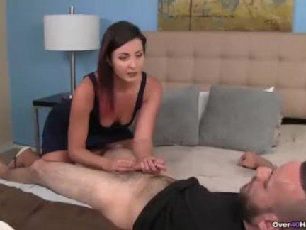 Доминирующая мамаша мастурбирует