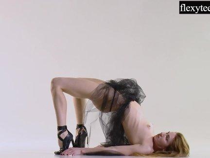 Сексуальная девушка показывает ее удивительные гимнастические таланты