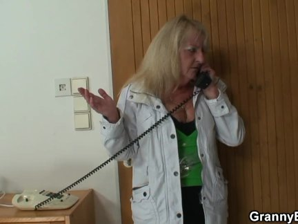 Блондинка бабушка в чулках наездница чужой член