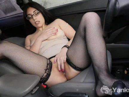 Брюнетка Детка от янки Каталина Рене мастурбирует