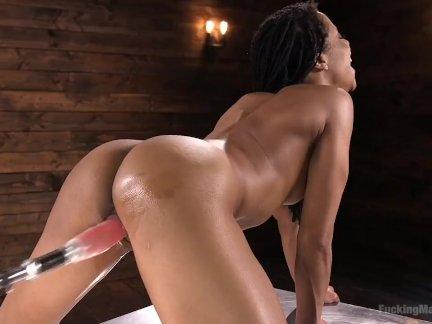 Спортивный негритянка секс-котенок кира нуар - анал машина ебёт с гигант
