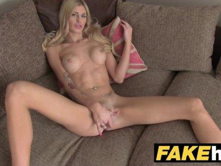Поддельные агент великобритания блондинка оргазмы от жестоко палец треск на кастинг диване