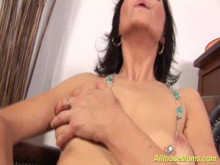 Возбуждённый мама втирания ее мокрая киска