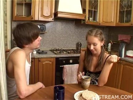 Рыжеволосая домохозяйка ласкает киску перед приготовлением кофе