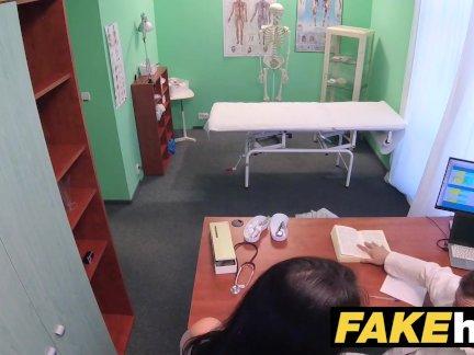 Поддельные больница врачи толстый член тянется горячая португальский киска губы