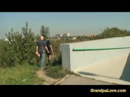 Дедушка трахает милый подросток на улице