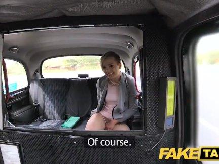 Поддельные такси Симпатичные маленькая подросток - бесплатную поездку