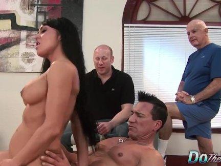 Сексуальная брюнетка жена любит анальный