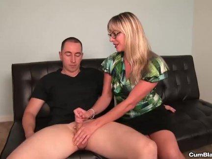 Горячая блондинка леди мастурбирует