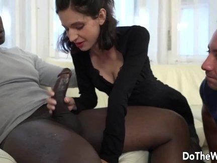 Брюнетка домохозяйка входит большой черный член в ее задницу