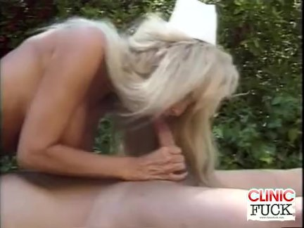 Грудастая медсестра член сосёт по в бассейн