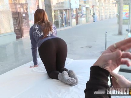 Подросток керри - мокрая от хардкор секс в на улице