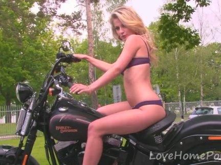 Удивительные блондинка детка любит ее новый велосипед