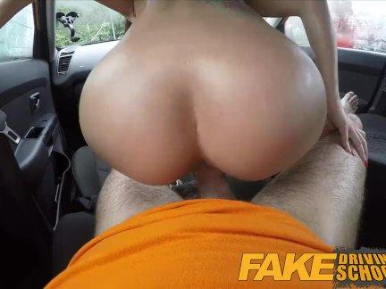 Поддельные автошкола - Черный волосатые Евро крошка с стеклами трахают в автомобиле