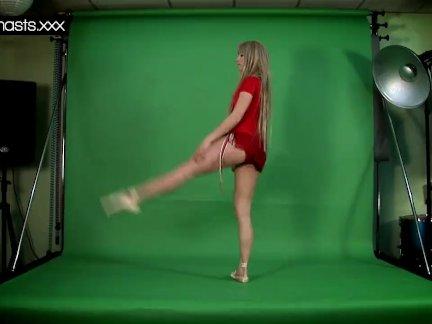 Красная одетая гимнастка делает спреды