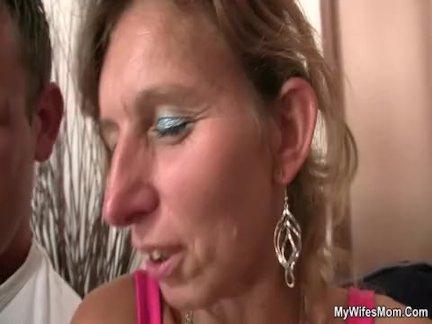 Старая мать сосет и наездница его член