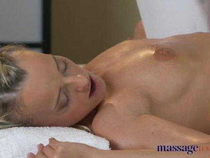 Массаж комнаты потрясающий спортивный блондинка лесбиянка - оргазма массаж