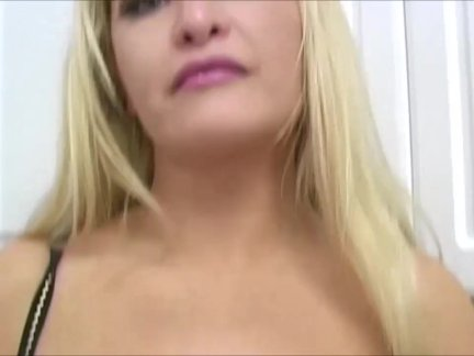 Ангел кэссиди трется ее киска на камера