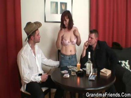 Тройка секс со старой женщиной после стрип-покера