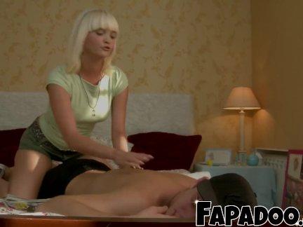 Скучно Блондинка трюки ее друг трахают ее!