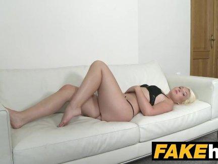 Поддельные агент горячая евро блондинка бомба любит собачий стиль на кастинг диване