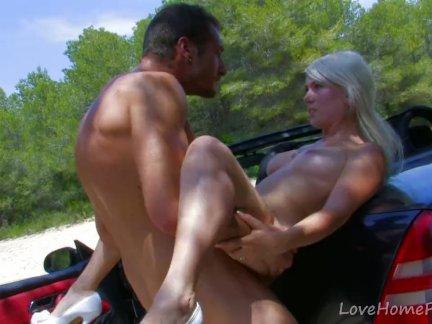 Блондинка идет на поездку в автомобиле