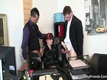 Офис зрелая женщина пользуется два членов сразу