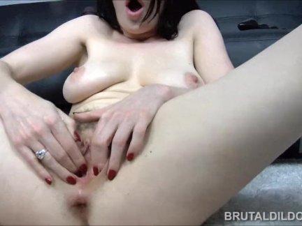 Саманта бентли пожирает огромный фаллоимитаторы с ее розовый киска