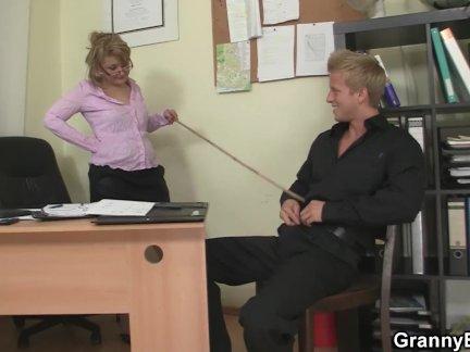 Парень трахается зрелый офис женщина на в пол