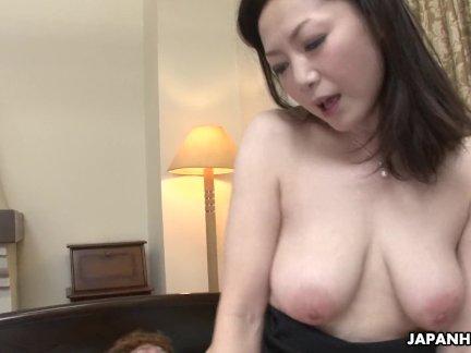 Азиатский жена получила ее волосатые киски пробурено после