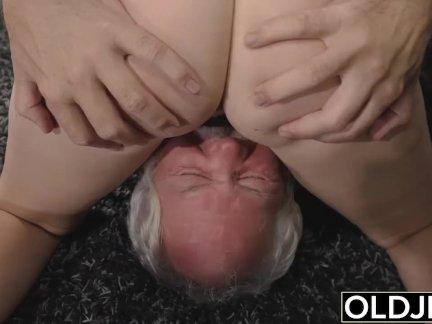 Подросток прерывания дедушка от йога и остасывает его член мокрая и жестоко
