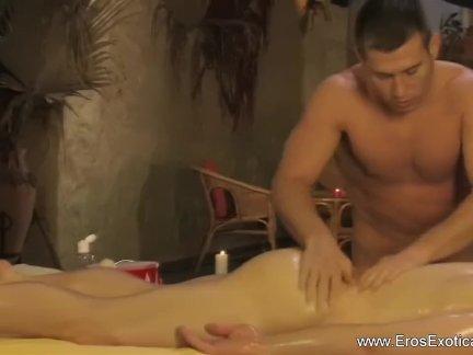 Гей пара имея эротический анал массаж