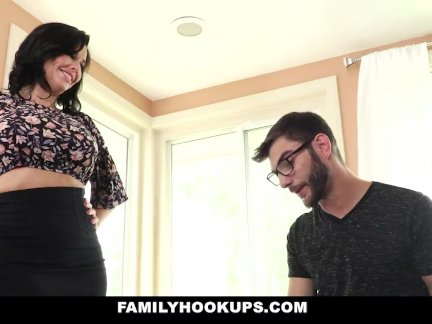 Фамилихукупс-горячая мамочка учит пасынок как для ебёт