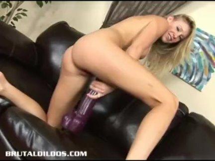Удивительные блондинка эллисон пирс подпрыгивая на гигантский фаллоимитатор