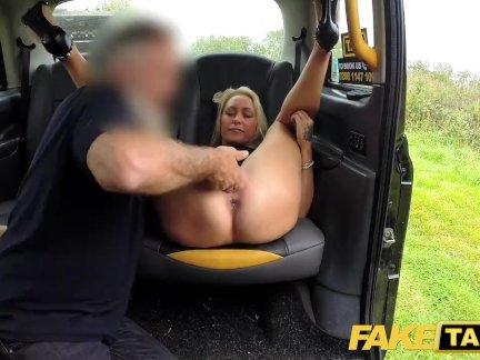 Поддельные такси грудастая сексуальные блондинки жесткие отверстия растягивается и трахал в кабине
