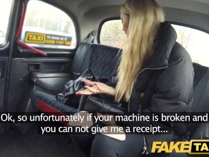 Поддельные такси Симпатичные блондинка налоговый инспектор любит странный грубый секс