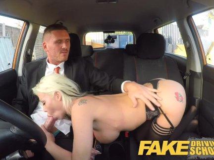 Поддельные Школа вождения грудастая блондинка экзаменаторы сексуальные навыки обеспечивает ее работу