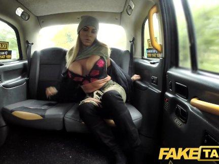 Поддельные такси зрелые грязный в возрасте лижет задницу и опорожняет большие шары