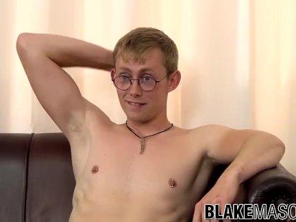 Тупой гомо с очки никс улыбается мастурбирует и кончает